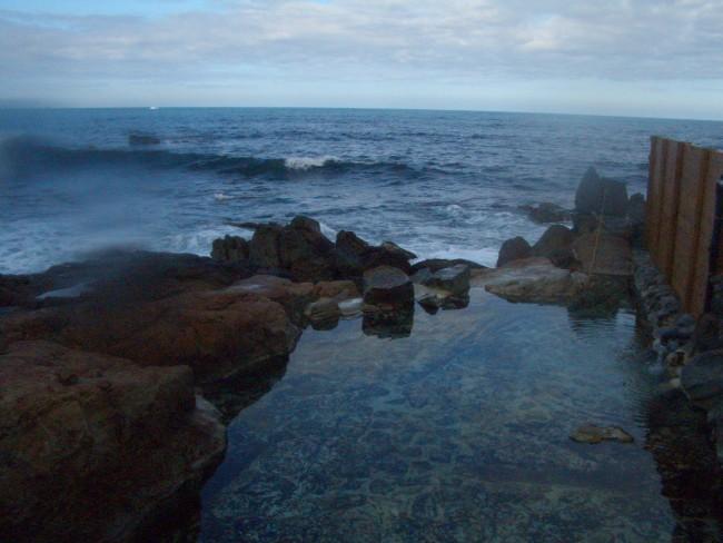 太平洋と紙一重崎の湯