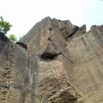 ロッククライミング、鎖場、磨崖仏… 岩の魅力満載の湘南妙義・三浦半島鷹取山を歩く