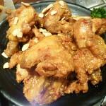 【新大久保】今話題の韓国風フライドチキン、丸々1羽の山盛りサイズなのでみんなでシェアして食べてみて!